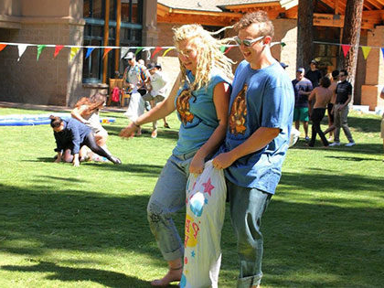 学生们 in a sack race during the Sierra Nevada University Student Government Association Club Rush day.