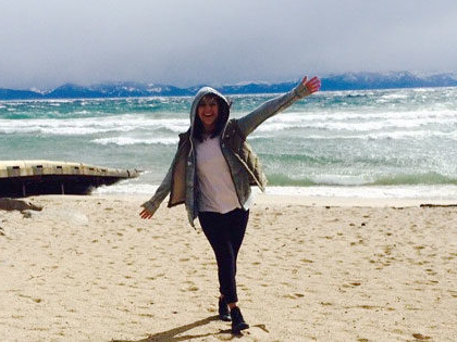 Estefania Gonzalez, 财经 and International Studies major, enjoying the beach at Lake Tahoe
