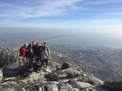 生态 students from the 2015 trip to South Africa hike to the top of Cape Town, South Africa